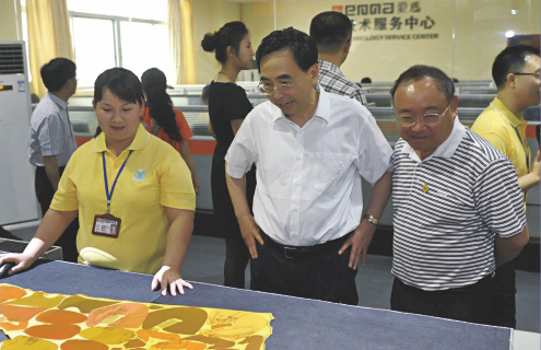 原广东省省长朱小丹亲自到爱玛数控参观考察。