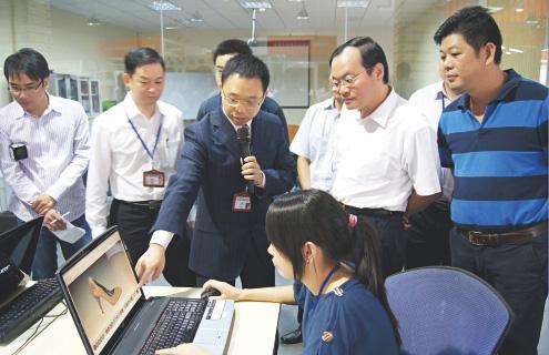 原广东省副省长袁宝成到爱玛数控参观考察。