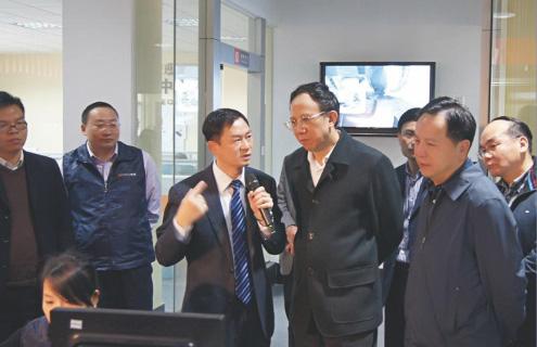 广东省省委秘书长林木声/东莞市市委书记徐建华参观爱玛数控。